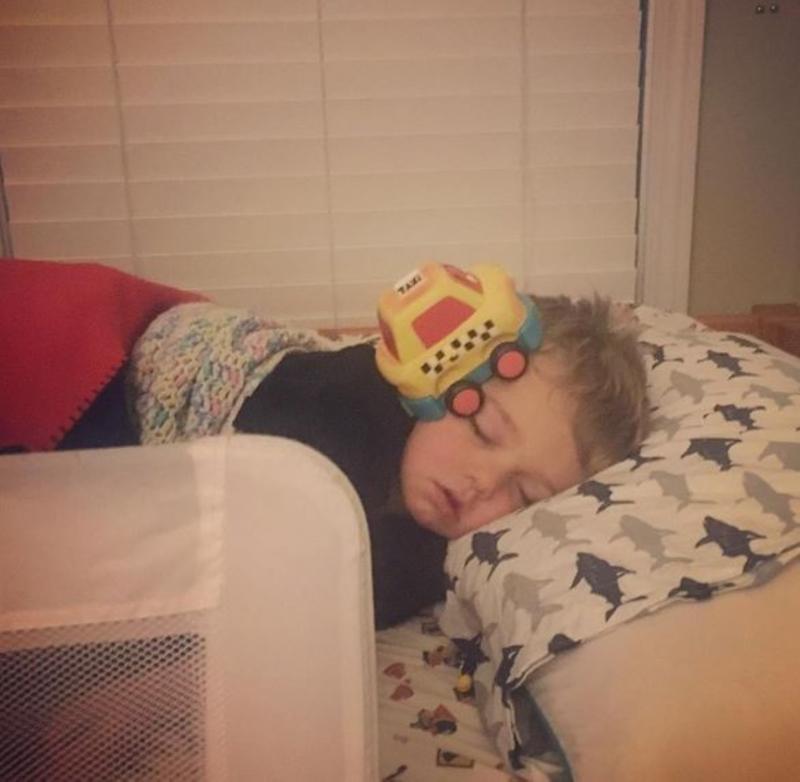 slapend kindje met auto op hoofd