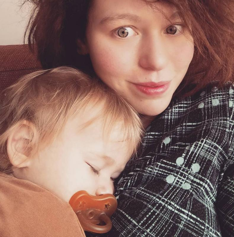 peuter slaapt op moeder
