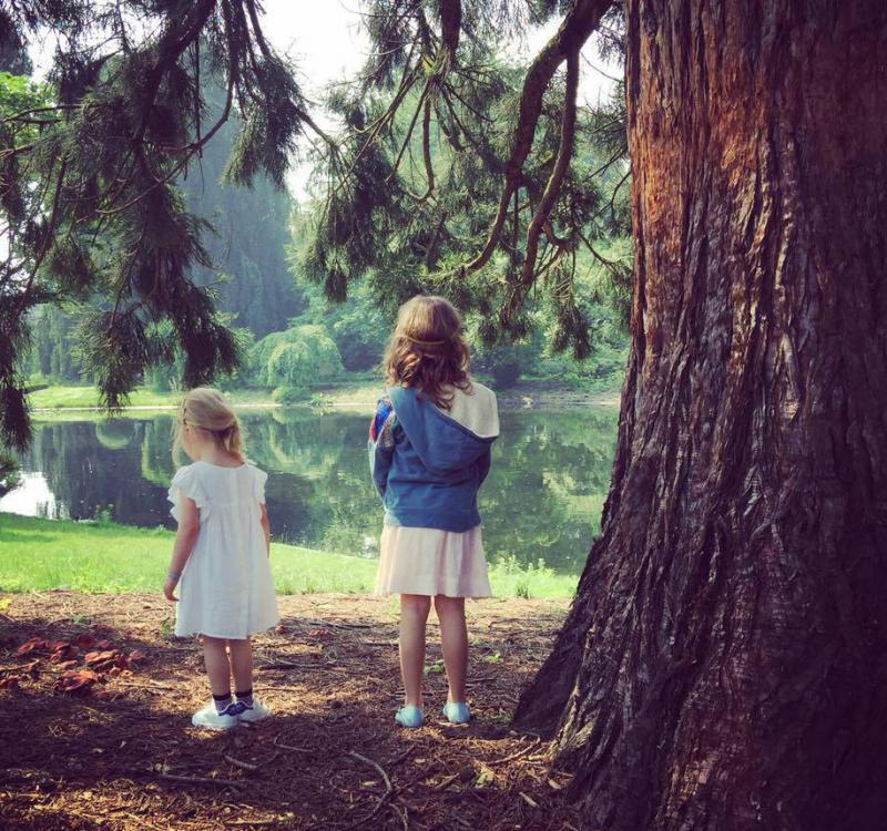 twee meisjes aan water en boom