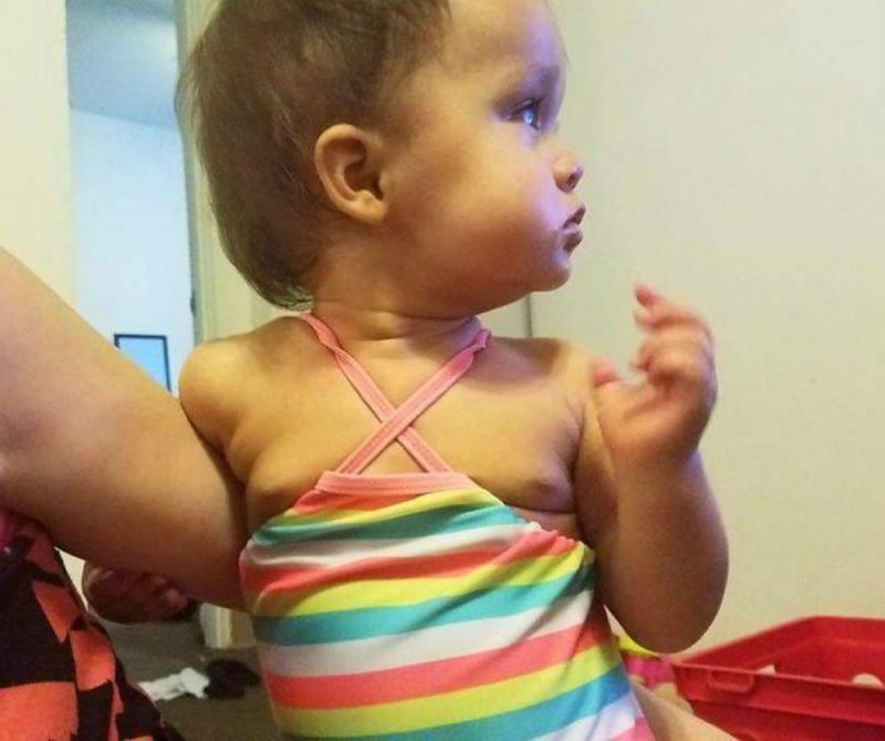 kind met sokken in teenslippers
