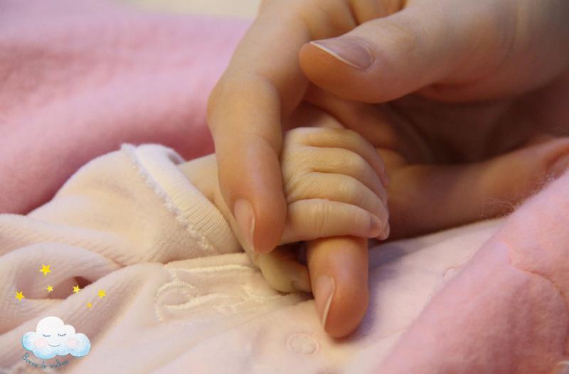 dochtertjes handje wordt vastgehouden