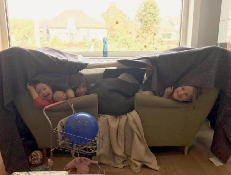 drie meisjes in een kamp