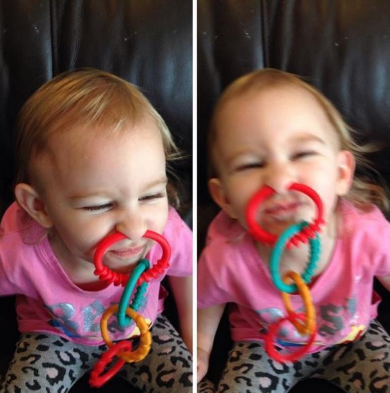 kind met speelgoed in neus