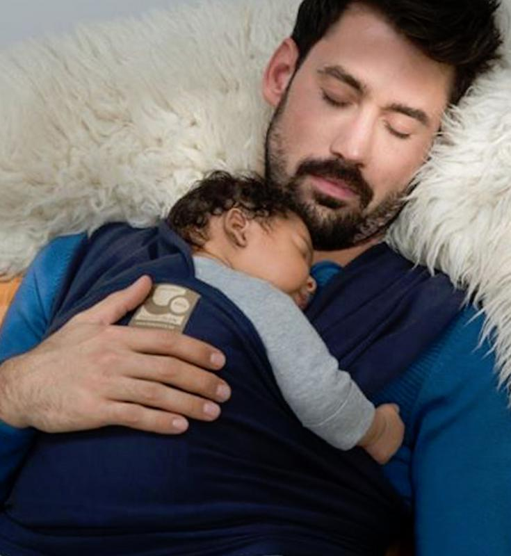 papa met baby in draagdoek