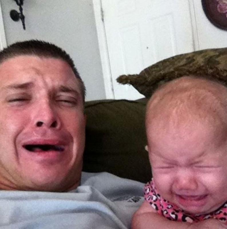 baby en papa huilen