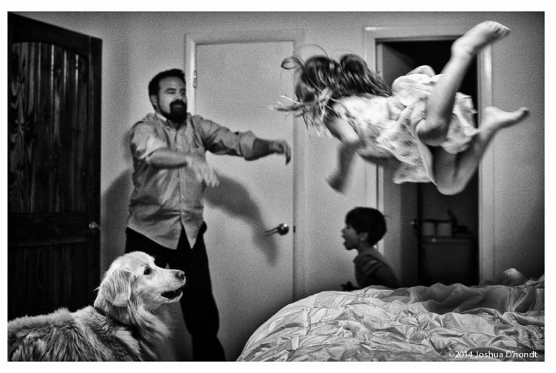 papa gooit dochter in lucht