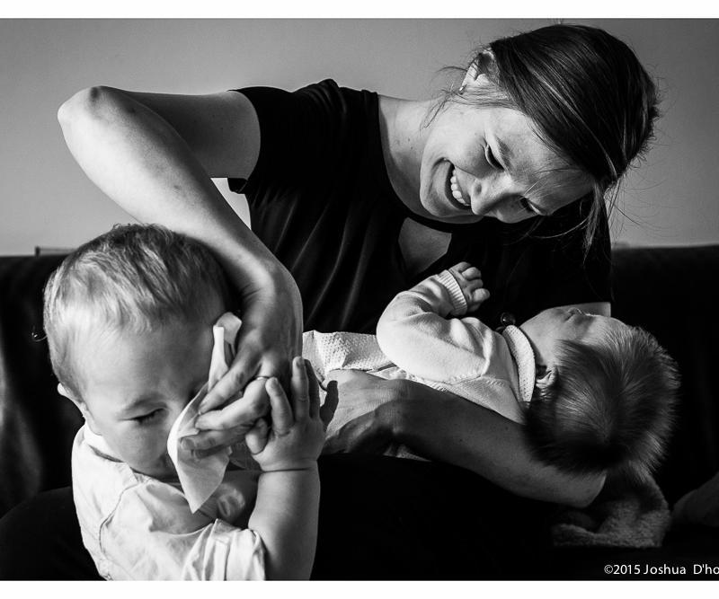 vrouw poetst neus kind af