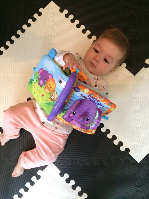 baby speelt met boekje