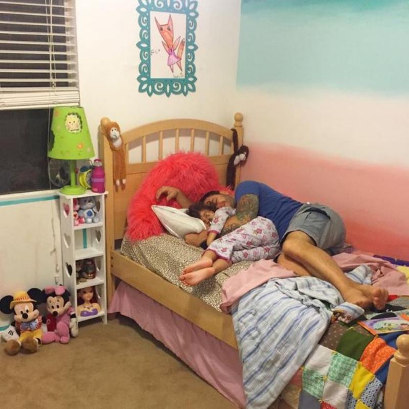 papa met dochter in bed