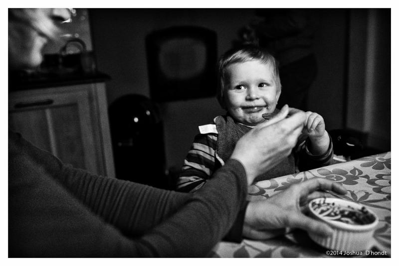 jongetje eet chocomousse