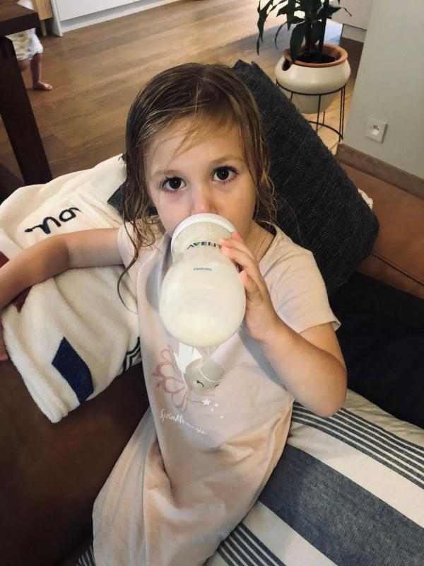 Alix drinkt rijstdrink