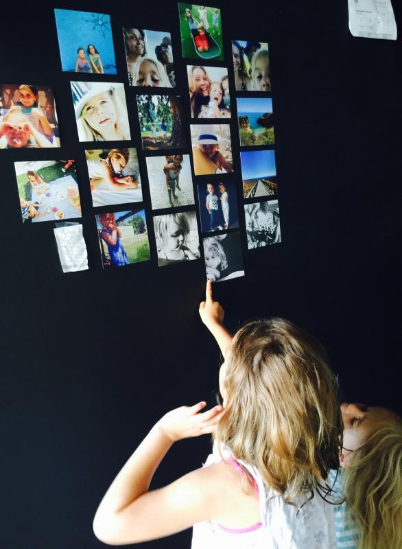 meisjes kijken naar fotowand