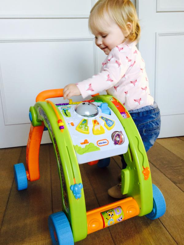 meisje met Activity Walker