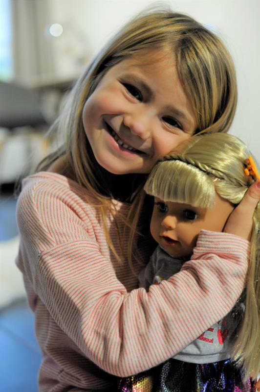 meisje met pop Baby Born sister