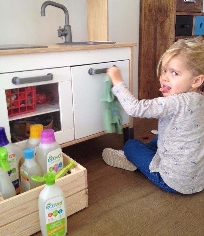 meisje poetst speelgoedkeukentje met producten Ecover