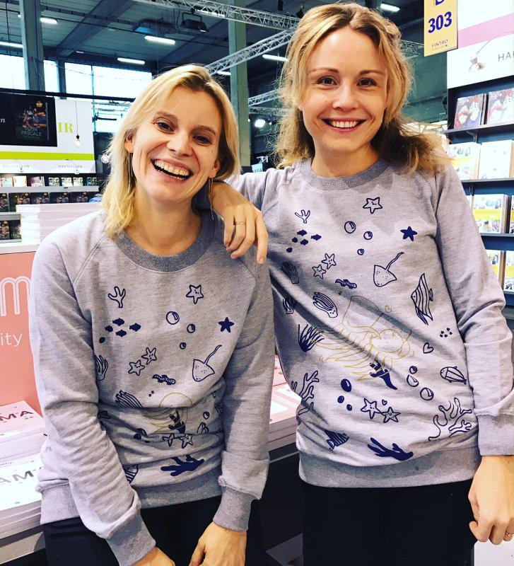 twee vrouwen met Fragile-sweater Eva Mouton