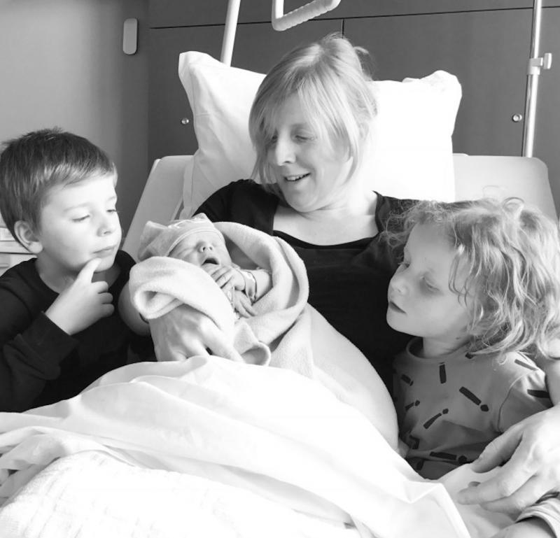 pasbevallen mama met kinderen en baby