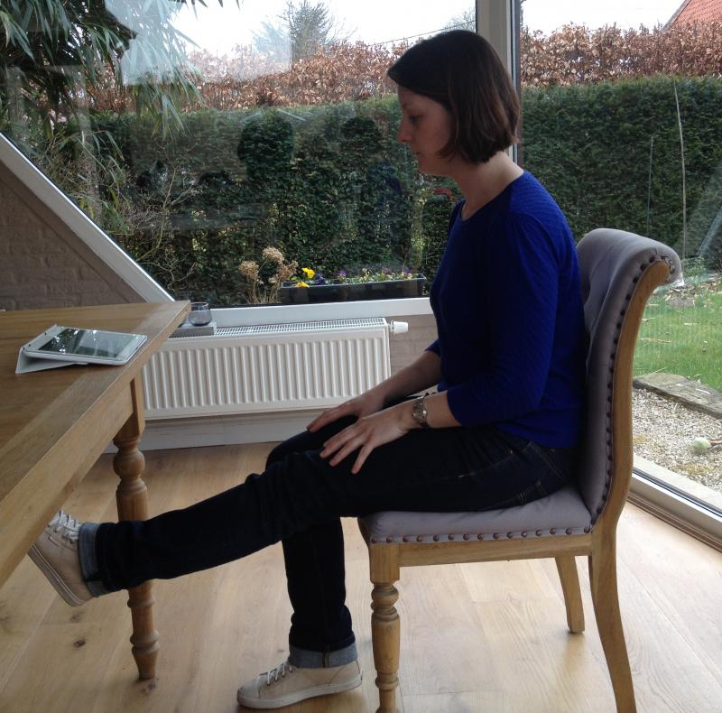 oefeningen kine op stoel met vrouw