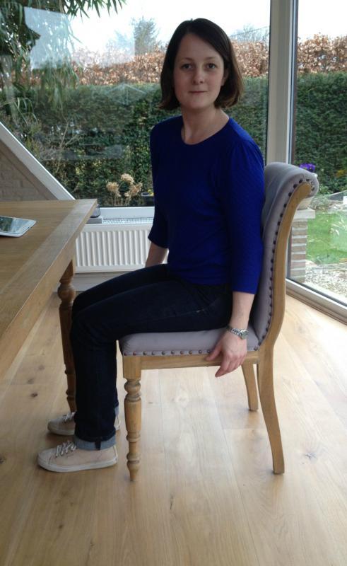 vrouw doet oefening op stoel