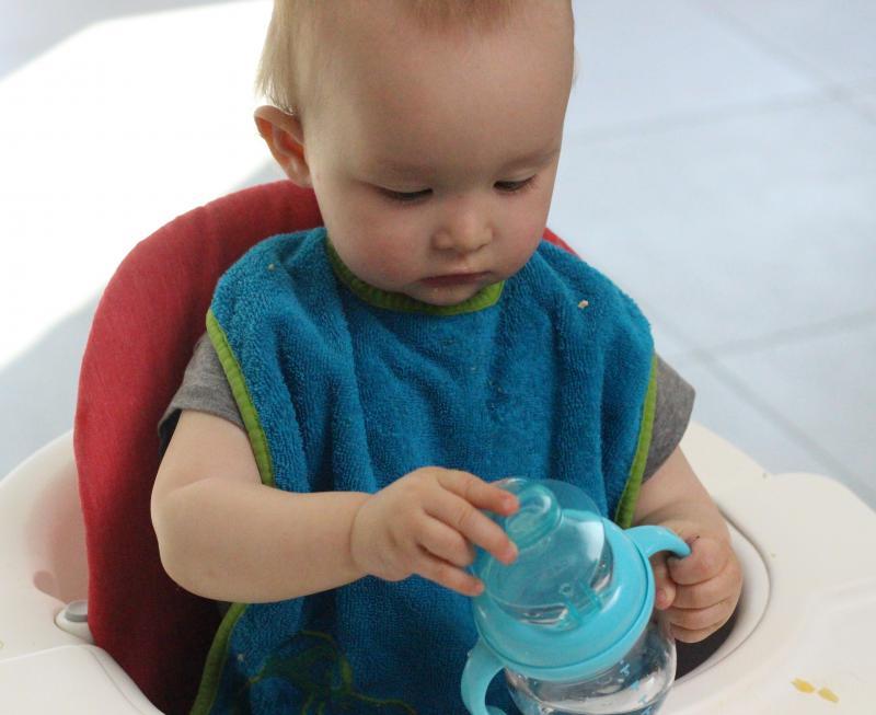 baby met drinkbeker