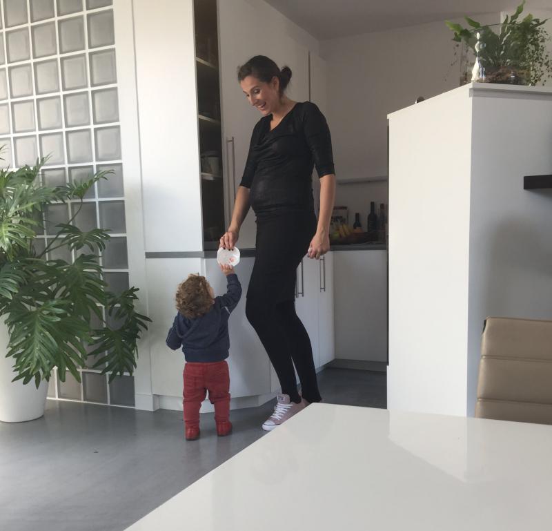 mama met zoon in Fragile kleren