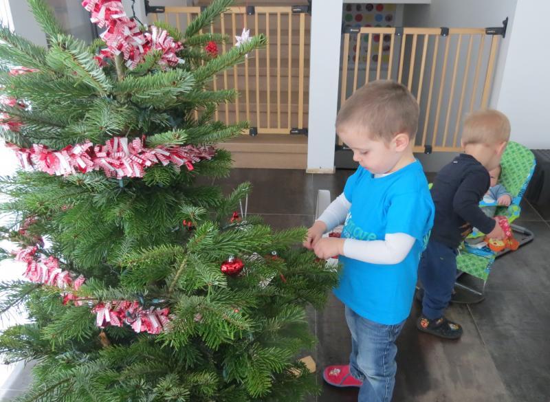 kindjes versieren kerstboom