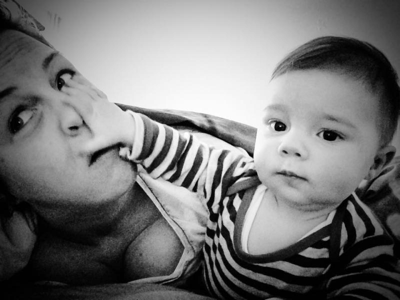 baby duwt op mamas hoofd