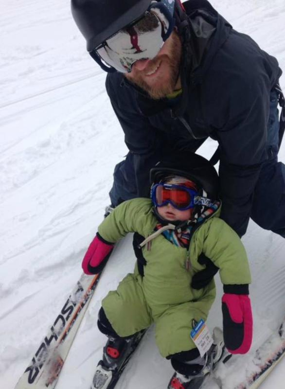 kindje slaapt op ski's