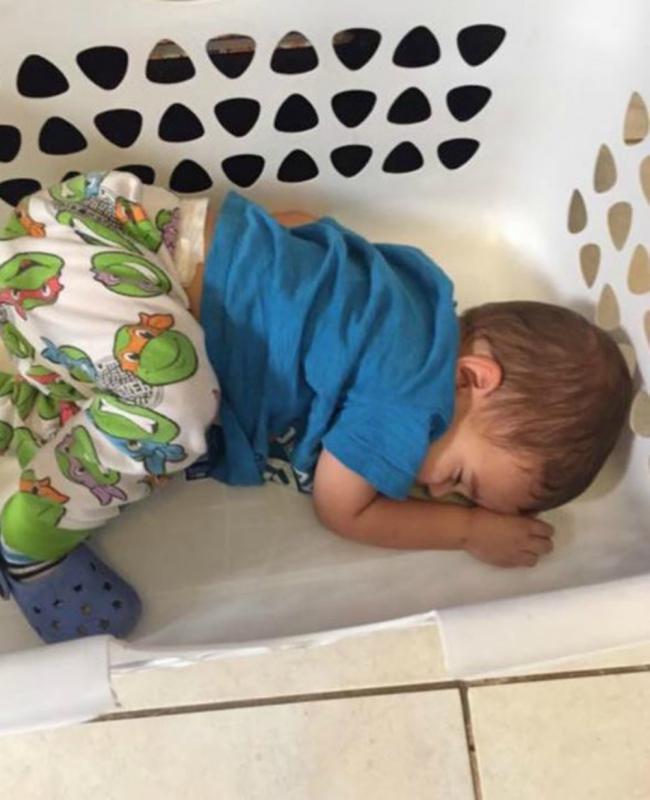 kindje slaapt in wasmand