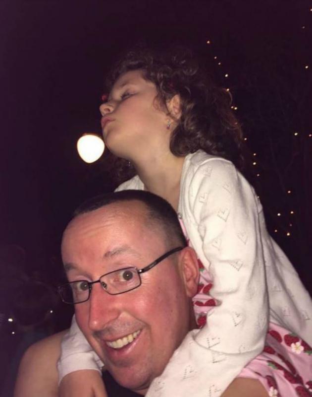 kindje slaapt op schouders papa
