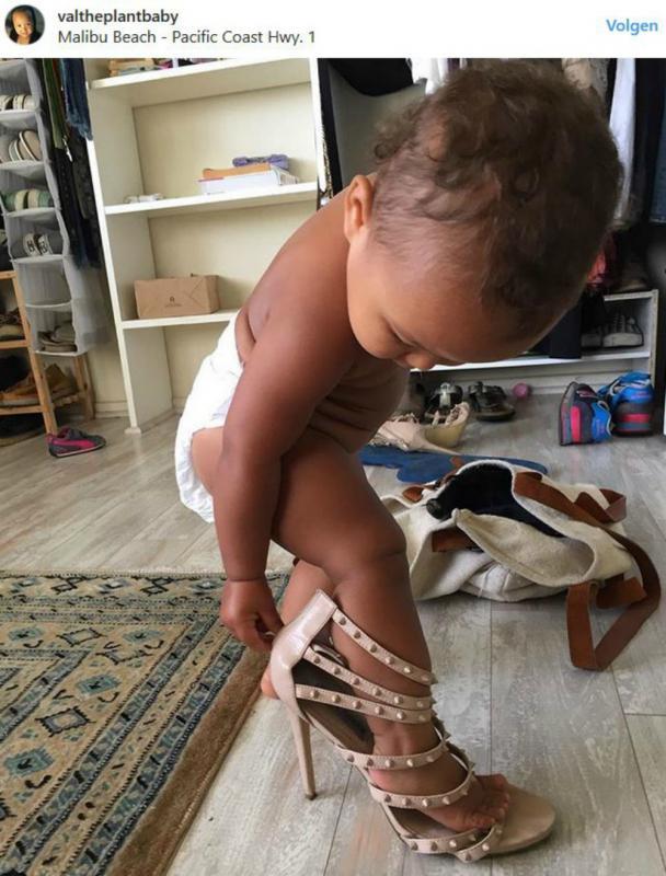 Baby draagt hoge hakken