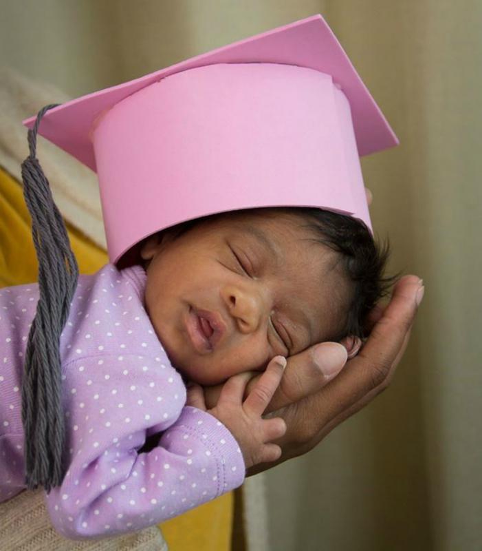 premature baby met afstudeerhoed