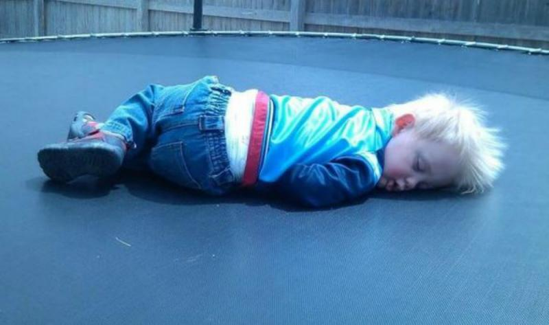 kindje slaapt op trampoline