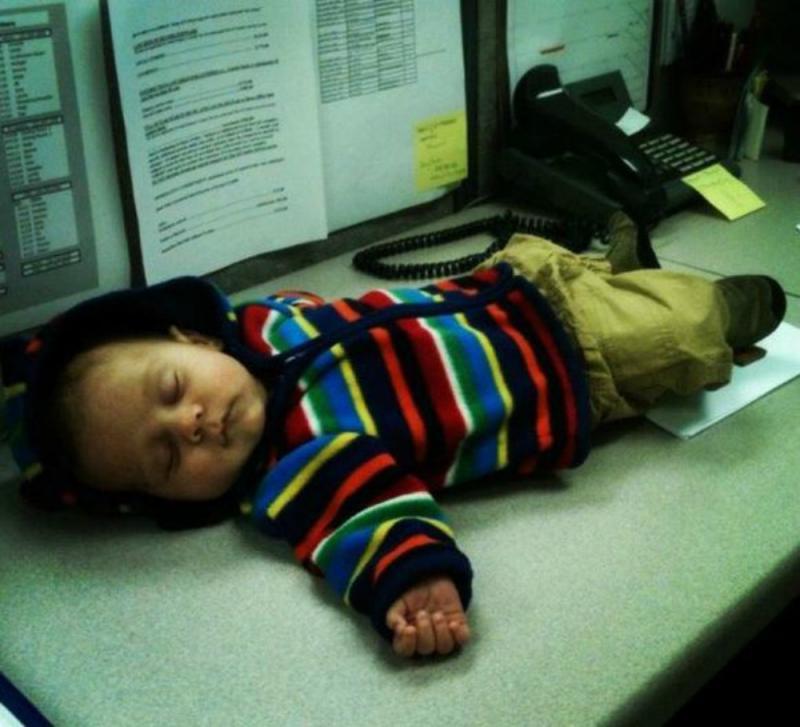 kindje slaapt op bureau