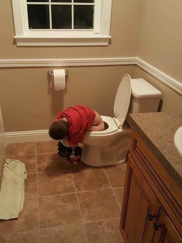 kindje slaapt op toilet