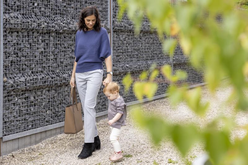 Mama met peuter aan de hand in outfit van UNIQLO