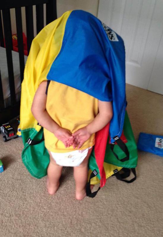 kind verstopt onder laken