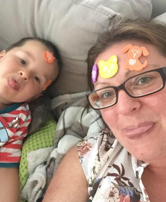 mama en zoon met stickers op hoofd