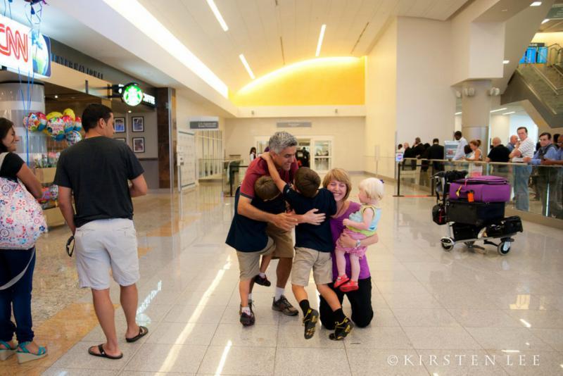 adoptiegezin knuffelt elkaar
