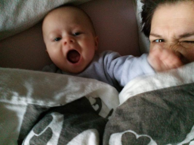 baby slaat op mama