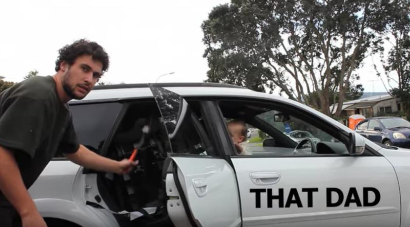 papa met hamer en autostoel in auto