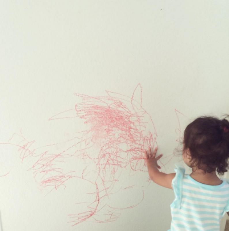 kind tekent op muren
