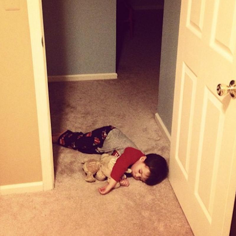kind slaapt op grond