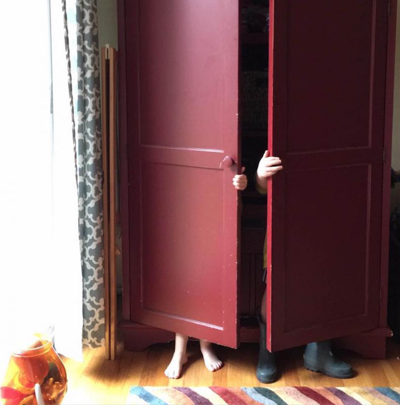kinderen in kast spelen verstoppertje