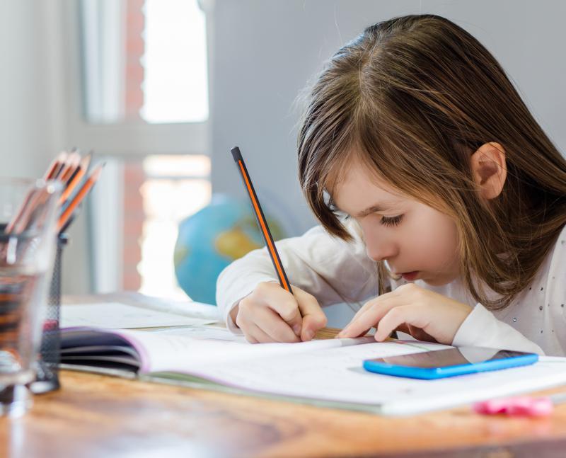 kind maakt huiswerk
