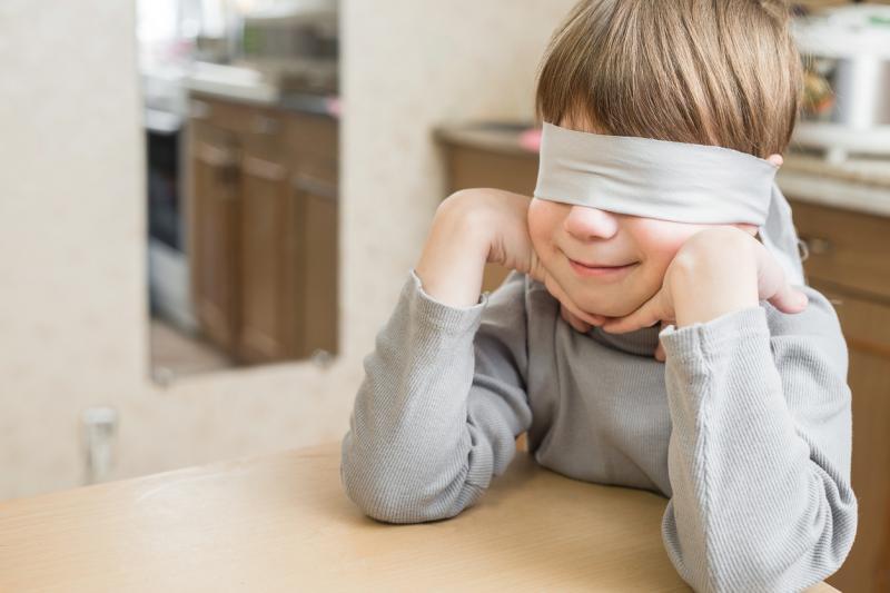kind met blinddoek