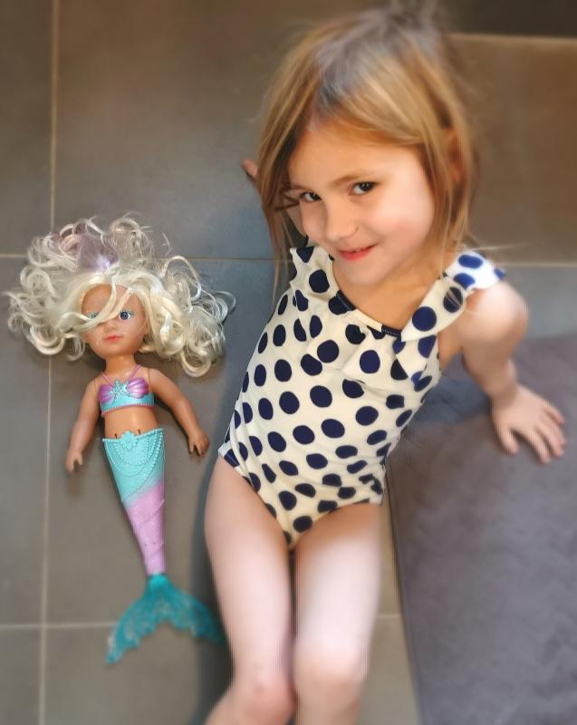 meisje met zeemeerminpop