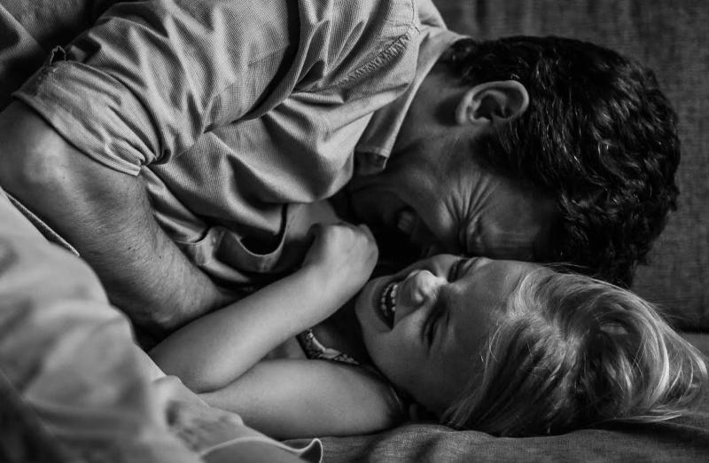 meisje knuffelt met papa
