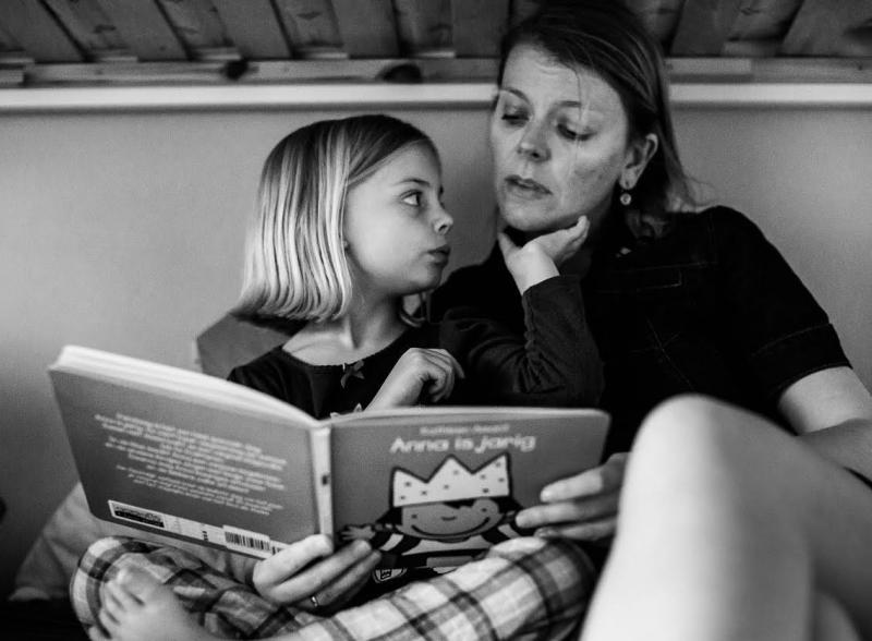 mama leest boekje voor aan dochter