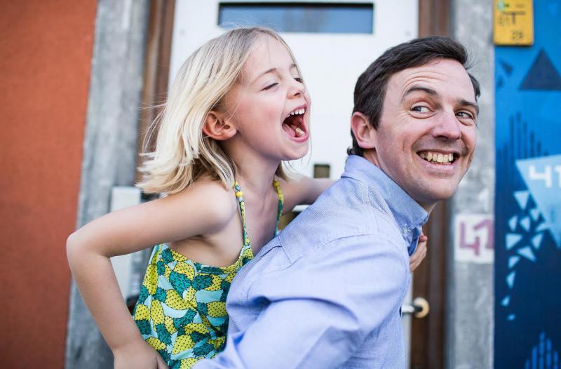 meisje op rug van papa